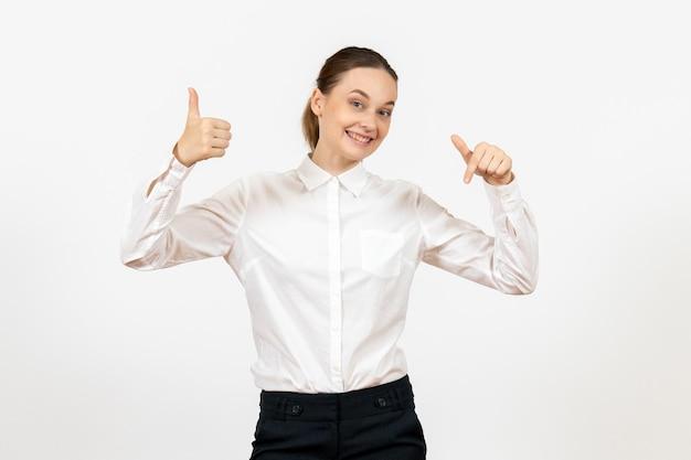 Vooraanzicht jonge vrouw in witte blouse met lachend gezicht op witte achtergrond baan vrouw gevoel model emotie office