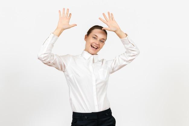Vooraanzicht jonge vrouw in witte blouse met opgewonden gezicht op witte achtergrond kantoor vrouwelijke emotie gevoel modelbaan