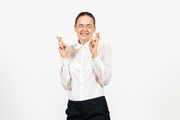 Vooraanzicht jonge vrouw in witte blouse met opgewonden uitdrukking op de witte achtergrond kantoorbaan vrouwelijke emotie gevoel model