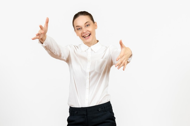 Vooraanzicht jonge vrouw in witte blouse met opgewonden uitdrukking op witte achtergrond vrouwelijk gevoel model kantoor emotie baan
