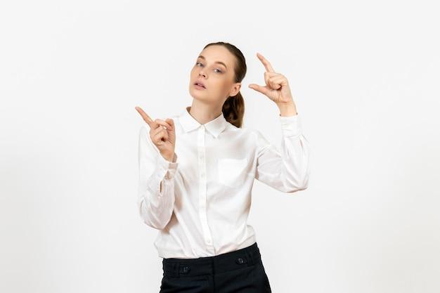 Vooraanzicht jonge vrouw in witte blouse met verveelde uitdrukking op witte achtergrond baan kantoor vrouwelijk gevoel model emotie
