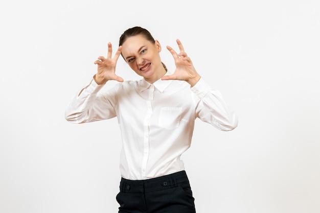 Vooraanzicht jonge vrouw in witte blouse met wilde uitdrukking op witte achtergrond kantoorbaan vrouwelijke emotie gevoel model