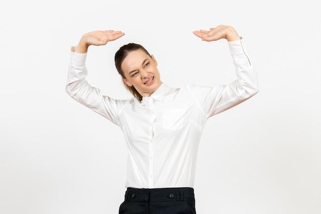 Vooraanzicht jonge vrouw in witte blouse op de witte achtergrond gevoel model kantoor emotie vrouwelijke baan