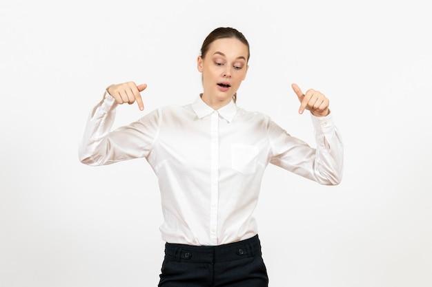 Vooraanzicht jonge vrouw in witte blouse staande op een witte achtergrond baan vrouwelijk gevoel model emotie kantoor