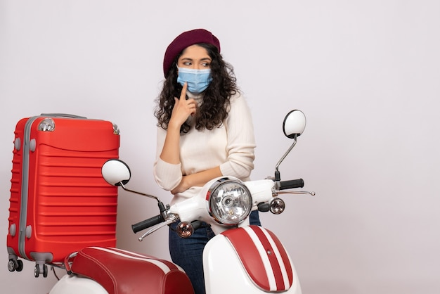 Vooraanzicht jonge vrouw met fiets in masker op witte achtergrond virus voertuigsnelheid covid-weg kleur pandemie