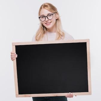 Vooraanzicht jonge vrouw met mock-up
