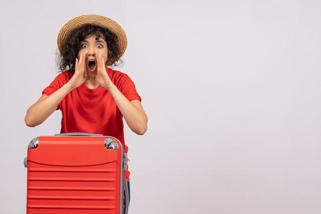 Vooraanzicht jonge vrouw met rode tas die zich voorbereidt op reis op witte achtergrond rust vakantie zon kleur vlucht vliegtuig reis