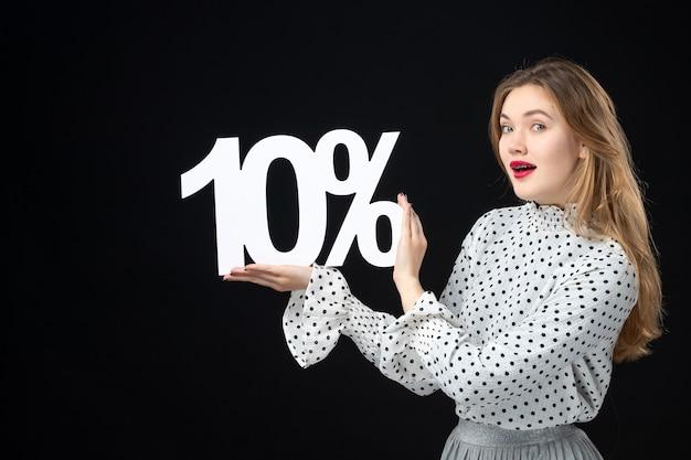 Vooraanzicht jonge vrouw met schrijfkortingspercentage