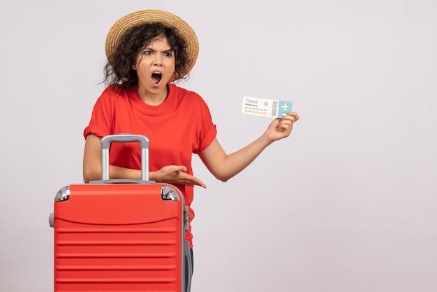 Vooraanzicht jonge vrouw met tas die zich voorbereidt op een reis met ticket op witte achtergrond zon reis vliegtuig toeristische vakantie kleur vlucht color