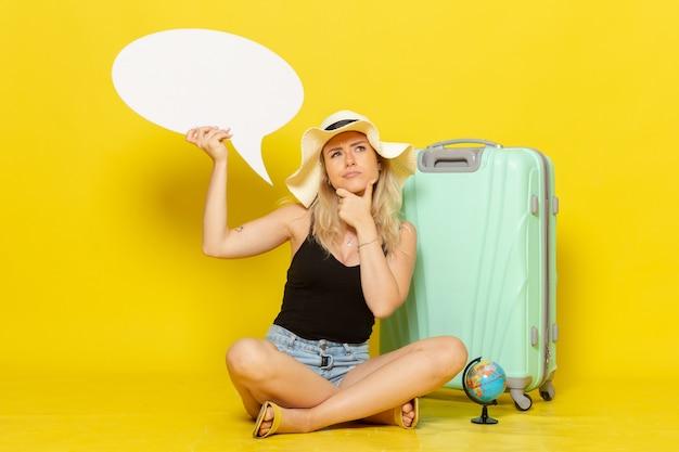Vooraanzicht jonge vrouw met witte tekstballon en denken