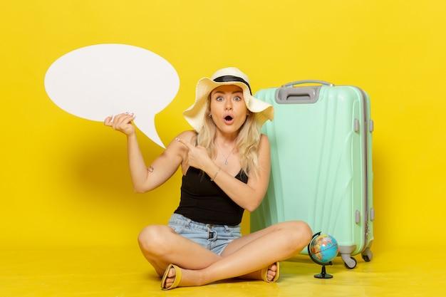 Vooraanzicht jonge vrouw met witte tekstballon