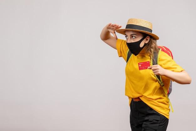 Vooraanzicht jonge vrouw met zwart masker met kaart observeren