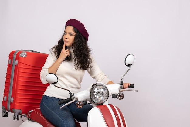 Vooraanzicht jonge vrouw op fiets met haar tas op witte achtergrond kleur rit weg snelheid motorfiets vakantie voertuig