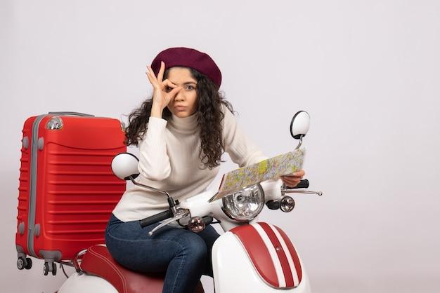 Vooraanzicht jonge vrouw op fiets met kaart op witte achtergrond vlucht weg motorfiets vakantie voertuig stad snelheid kleur
