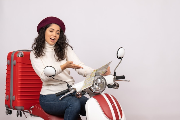 Vooraanzicht jonge vrouw op fiets met kaart op witte achtergrond vlucht weg voertuig stad snelheid kleur vakantie