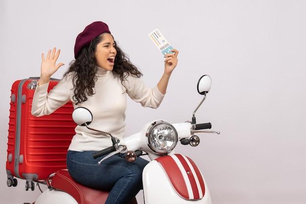 Vooraanzicht jonge vrouw op fiets met ticket op een witte achtergrond snelheid stadsvoertuig motorfiets vakantie vlucht kleur weg