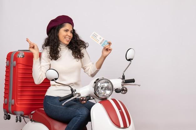 Vooraanzicht jonge vrouw op fiets met ticket op witte achtergrond kleur snelheid stad voertuig motorfiets vakantie vlucht weg