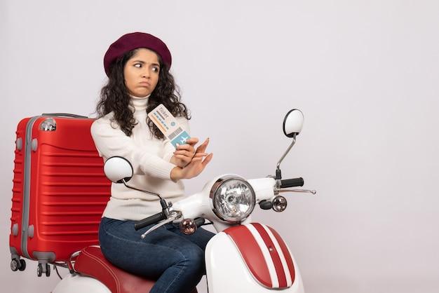 Vooraanzicht jonge vrouw op fiets met ticket op witte achtergrond kleur snelheid stad voertuig motorfiets vakantie vluchten weg