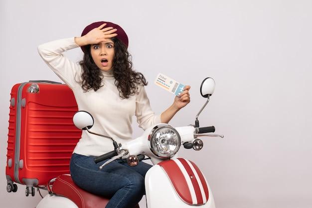 Vooraanzicht jonge vrouw op fiets met ticket op witte achtergrond kleur snelheid stad voertuig vakantie vlucht weg