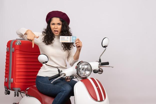 Vooraanzicht jonge vrouw op fiets met ticket op witte achtergrond snelheid stad voertuig motorfiets vakantie geld kleur weg