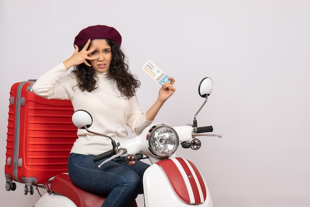 Vooraanzicht jonge vrouw op fiets met ticket op witte achtergrond snelheid stad voertuig motorfiets vakantie vluchten kleur weg
