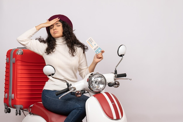 Vooraanzicht jonge vrouw op fiets met ticket op witte achtergrond vlucht kleur motorfiets vakantie wegvoertuig stad snelheid