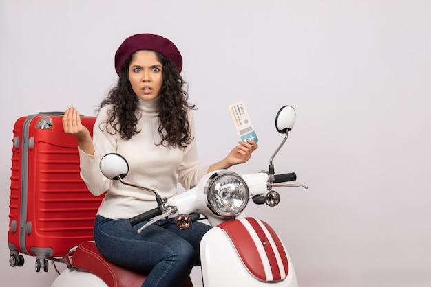 Vooraanzicht jonge vrouw op fiets met ticket op witte achtergrond vlucht kleur motorfiets weg voertuig stad snelheid