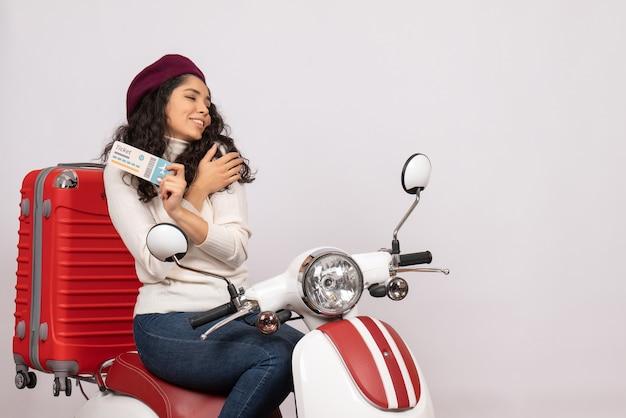Vooraanzicht jonge vrouw op fiets met ticket op witte achtergrond vlucht kleur vakantie wegvoertuig stad snelheid