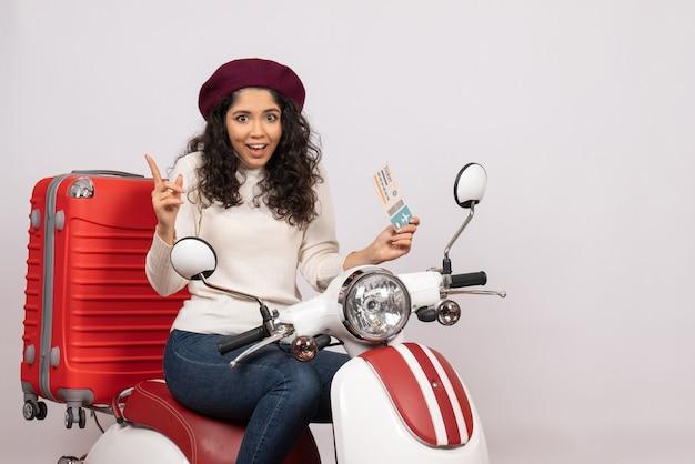 Vooraanzicht jonge vrouw op fiets met ticket op witte achtergrond vlucht weg motorfiets vakantie stad snelheid kleur