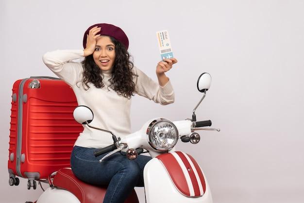 Vooraanzicht jonge vrouw op fiets met ticket op witte achtergrond vlucht weg motorfiets vakantie voertuig snelheid kleur