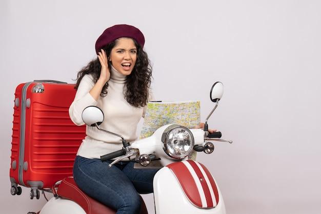 Vooraanzicht jonge vrouw op fiets observeren kaart op witte achtergrond kleur weg snelheid vakantie voertuig rit