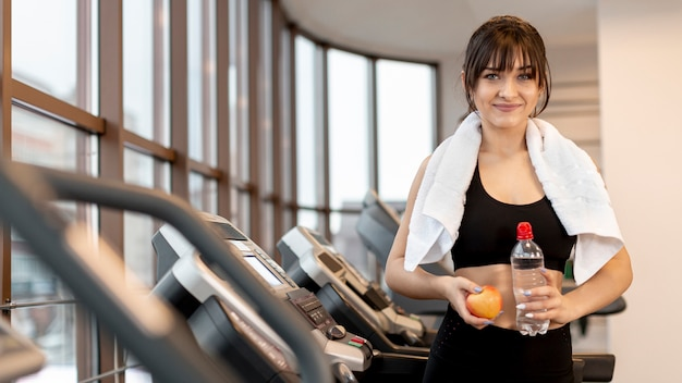 Vooraanzicht jonge vrouw op gymnasium
