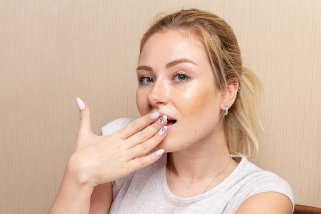 Vooraanzicht jonge vrouw poseren na manicure procedure toont haar nagels schoonheid dame meisje manicure zelfzorg gezondheid mode nagels