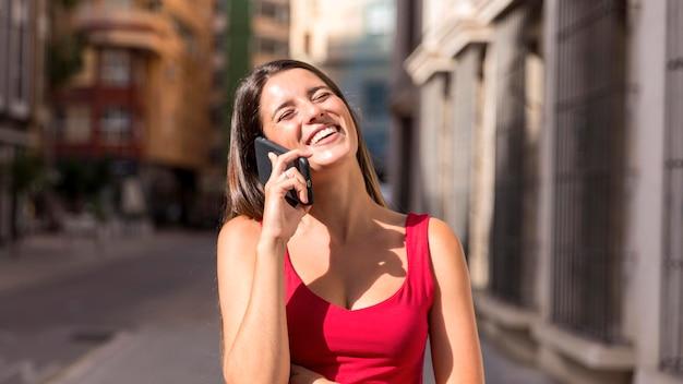 Vooraanzicht jonge vrouw praten over de telefoon