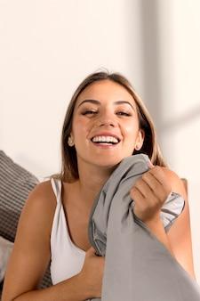 Vooraanzicht jonge vrouw thuis ontspannen