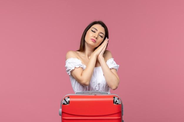Vooraanzicht jonge vrouw voorbereiding op vakantie en moe voelen op roze achtergrond in het buitenland zeereis reis reis reis