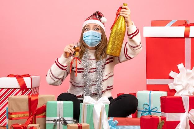 Vooraanzicht jonge vrouw zitten rond cadeautjes en vieren