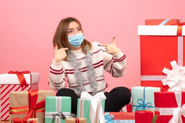 Vooraanzicht jonge vrouw zitten rond cadeautjes