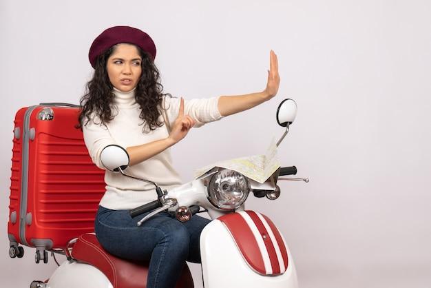 Vooraanzicht jonge vrouw zittend op de fiets op de witte achtergrond vrouw vakantie voertuig motorfiets stad weg kleur