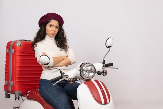 Vooraanzicht jonge vrouw zittend op de fiets op witte achtergrond kleur stad motorfiets voertuig weg vrouw