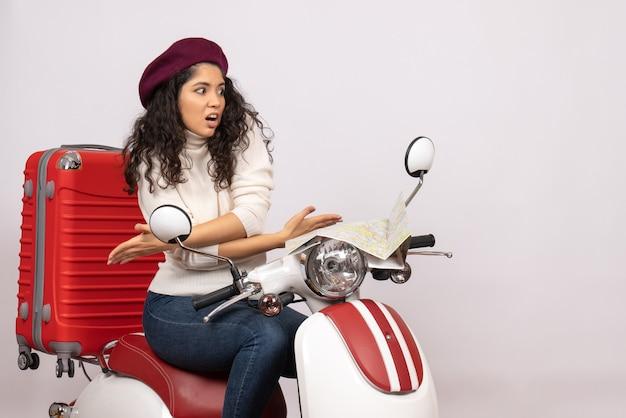 Vooraanzicht jonge vrouw zittend op de fiets op witte achtergrond vakantie voertuig motorfiets vrouw stad weg kleur