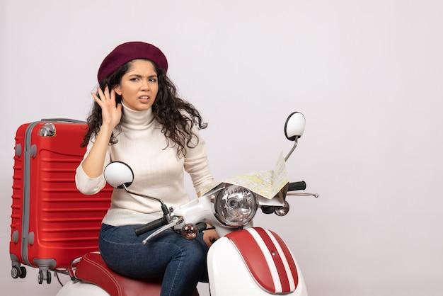 Vooraanzicht jonge vrouw zittend op de fiets op witte achtergrond voertuig kleur weg motorfiets vakantie vrouw stad