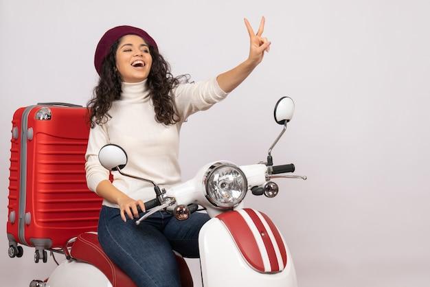 Vooraanzicht jonge vrouw zittend op de fiets op witte achtergrond voertuig snelheid kleur motorfiets weg vrouw stad