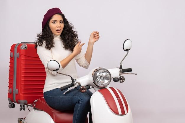 Vooraanzicht jonge vrouw zittend op de fiets op witte achtergrond voertuig snelheid kleur vakantie motorfiets weg stad