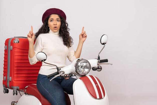 Vooraanzicht jonge vrouw zittend op de fiets op witte achtergrond voertuig snelheid kleur vakantie motorfiets weg vrouw stad