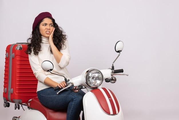 Vooraanzicht jonge vrouw zittend op de fiets op witte achtergrond voertuig snelheid kleur vakantie motorfiets weg vrouw