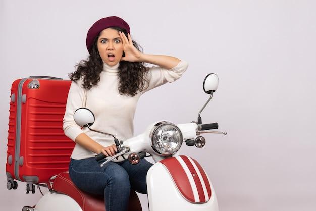 Vooraanzicht jonge vrouw zittend op de fiets op witte achtergrond voertuig snelheid vakantie motorfiets weg vrouw stad kleur
