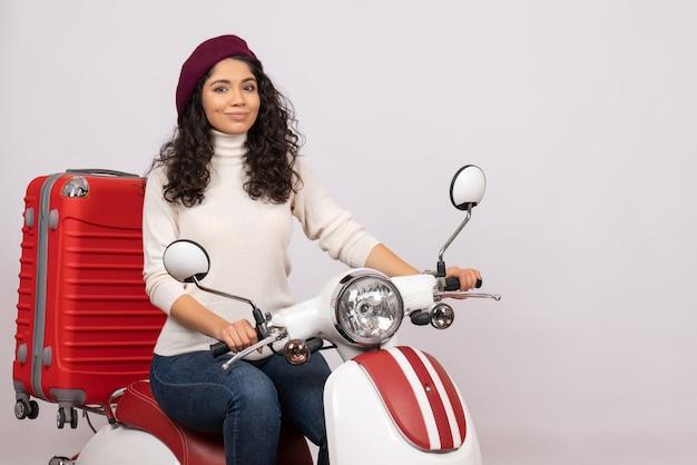 Vooraanzicht jonge vrouw zittend op de fiets op witte achtergrond voertuig snelheid vakantie weg vrouw stad kleur