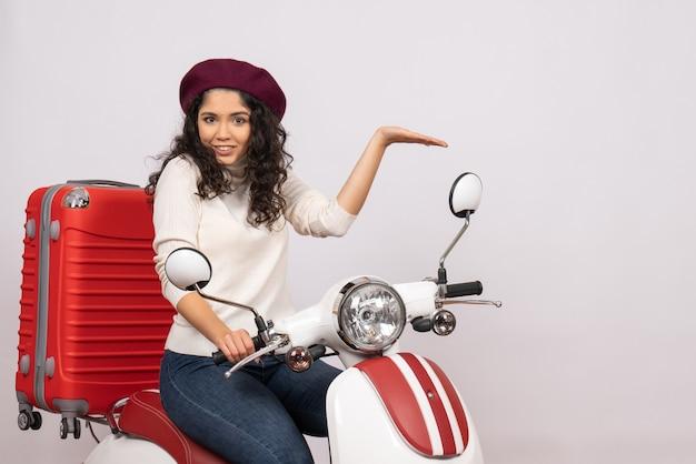 Vooraanzicht jonge vrouw zittend op de fiets op witte achtergrond vrouw vakantie motorfiets stad kleur voertuig weg