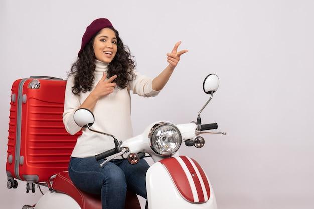 Vooraanzicht jonge vrouw zittend op de fiets op witte achtergrond vrouw voertuig snelheid vakantie motorfiets weg stad kleur